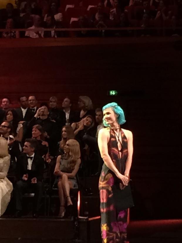 Oahland på scenen med sit blå hår.