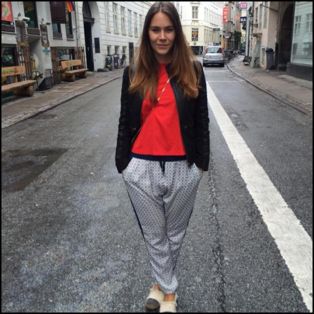 Denne søndag ses fru Lange i en læderjakke fra f by fransa (det staves altså med småt), T-shirt fra Part Two, bukser fra Six Ames og loafers fra Magasin. Dårligt sko-valg på dagen, i øvrigt.