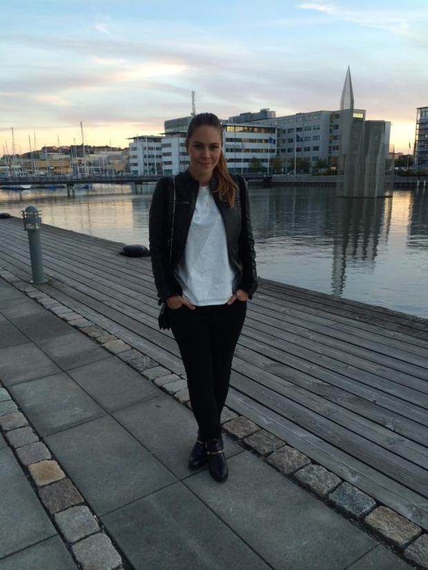 Her ses jeg sørme, idet solen går ned i det svenske iført jakke fra f by fransa, jeans fra Acne og T-shirt og støvler fra Zara.